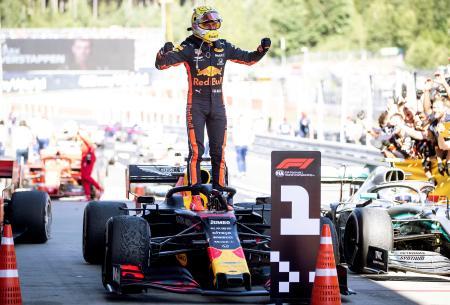 F1のオーストリアGPで優勝し、喜ぶレッドブル・ホンダのマックス・フェルスタッペン=30日、シュピールベルク(ゲッティ=共同)