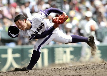 昨年の全国高校野球選手権大会で力投する、金足農の吉田輝星投手=甲子園
