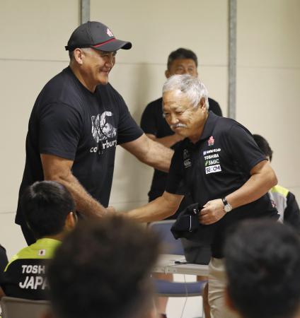 日本代表の宮崎合宿を訪れ、ジョセフ・ヘッドコーチ(左)と握手する日本ラグビー協会の森重隆新会長=2日、宮崎市