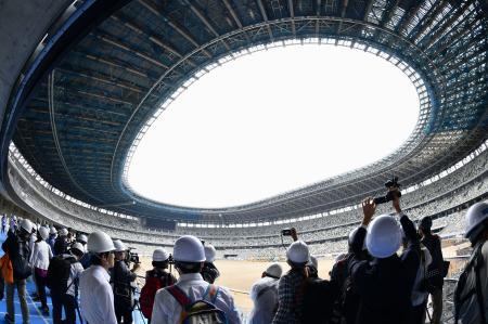報道陣に公開された新国立競技場の建設現場=3日午前、東京都新宿区(魚眼レンズ使用)