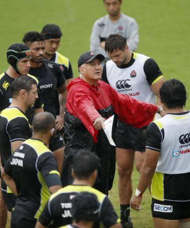 ラグビー日本代表の宮崎合宿で、選手に指示を出すジョセフ・ヘッドコーチ(中央)=宮崎市