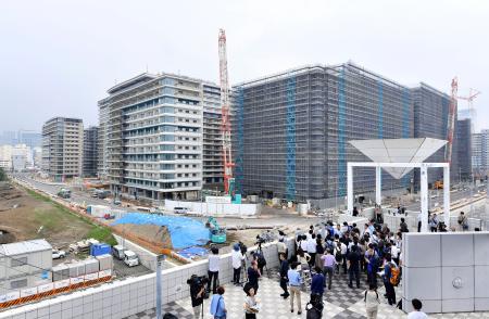 報道陣に公開された選手村=3日午後、東京都中央区