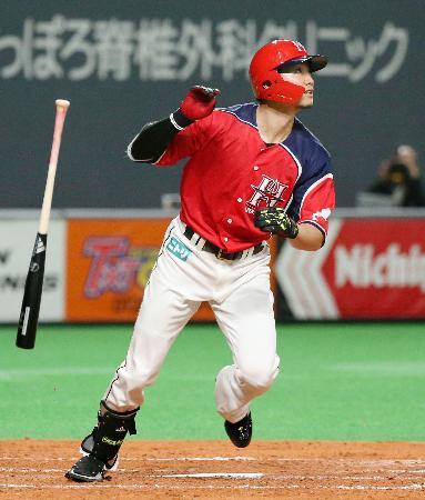 4回日本ハム無死満塁、西川が右越えに2点二塁打を放つ=札幌ドーム