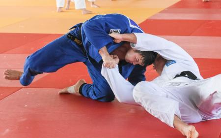 外国人選手との乱取りで攻めるウルフ・アロン(左)=アリカンテ(共同)