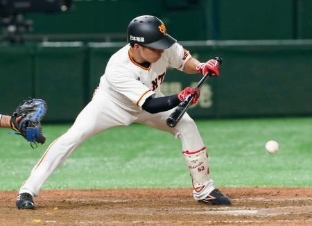 9回巨人無死二塁、三前に送りバントを決める増田大。三塁手の一塁悪送球を誘いサヨナラ勝ちとなる=東京ドーム
