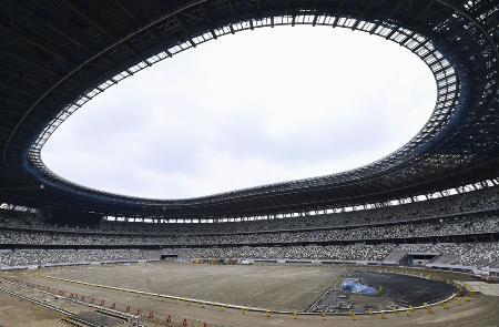 報道陣に公開された新国立競技場の建設現場=3日午前、東京都新宿区