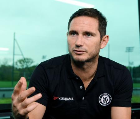 インタビューに答えるフランク・ランパード氏。イングランド・プレミアリーグ、チェルシーの新監督に就任した=2017年10月、ロンドン(共同)
