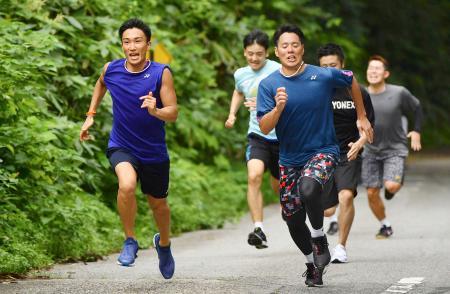 バドミントン日本代表の合宿で坂道ダッシュをする桃田賢斗(左端)ら=富山県高岡市