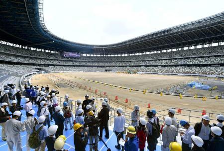 2020年東京五輪・パラリンピックのメインスタジアムとなる建設中の新国立競技場=3日、東京都新宿区
