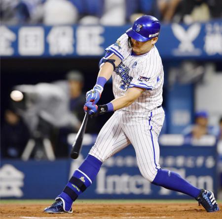 3回DeNA1死二塁、筒香が左翼線に勝ち越し打を放つ=横浜