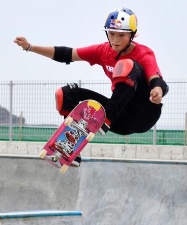 公開練習で技を披露する四十住さくら=鵠沼海浜公園スケートパーク
