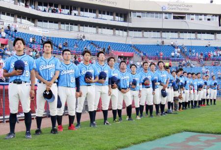 オタワでの試合前に国歌斉唱する四国アイランドリーグplusの選抜チーム=4日