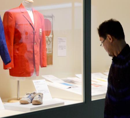 特別展「江戸のスポーツと東京オリンピック」に展示される、1964年東京大会の公式ユニホームと男子マラソンで銅メダルを獲得した円谷幸吉選手のシューズ=5日午後、東京・墨田区の江戸東京博物館
