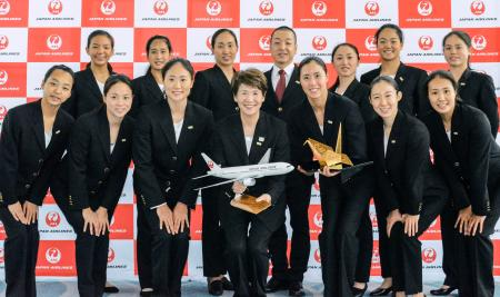 搭乗前のセレモニーで記念写真に納まるアーティスティックスイミングの日本代表。前列中央は井村雅代ヘッドコーチ=6日、羽田空港