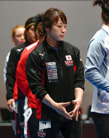 選手紹介を終え引き揚げる女子49キロ級の三宅宏実。大会は棄権した=東京国際フォーラム