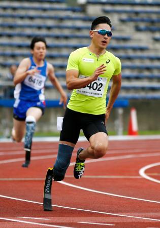 男子200メートル(義足) 23秒80の日本新で優勝した井谷俊介=町田市立陸上競技場