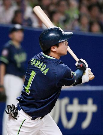 3回ヤクルト2死、山田哲が左中間に本塁打を放つ=ナゴヤドーム