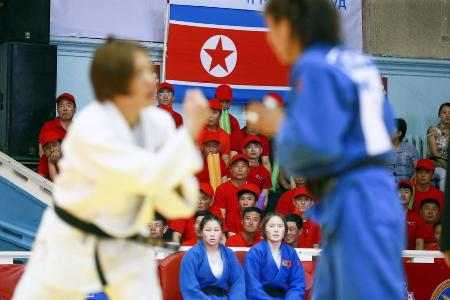 柔道の東アジア選手権で試合を観戦する北朝鮮応援団=2018年6月10日、ウランバートル