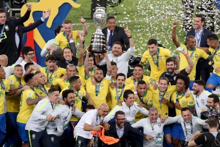 優勝を喜ぶブラジルの選手ら=7日、リオデジャネイロ(AP=共同)