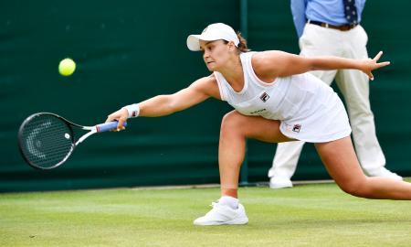 女子シングルス4回戦で厳しい姿勢で返球するアシュリー・バーティ。アリソン・リスクに敗れた=ウィンブルドン(共同)