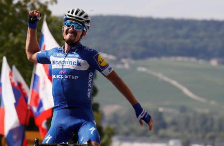 ツール・ド・フランス、第3ステージを制し、総合首位に立ったジュリアン・アラフィリップ=8日、エペルネー(ロイター=共同)