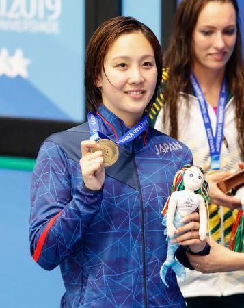 競泳女子200メートル平泳ぎで銅メダルを獲得し笑顔の渡部香生子=ナポリ(共同)