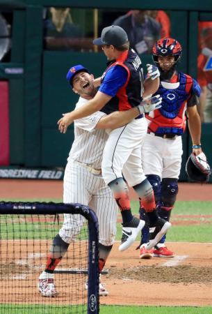 オールスター戦前日の本塁打競争で優勝し喜ぶメッツのアロンソ(左)=クリーブランド(共同)