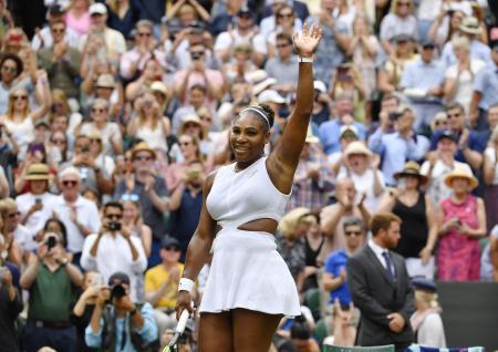 女子シングルス準々決勝に勝利し、観客に手を振るセリーナ・ウィリアムズ=ウィンブルドン(共同)
