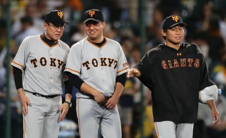 阪神に勝利し3連勝。今村に声を掛ける巨人・原監督(左)=甲子園