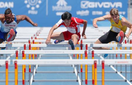 陸上男子110メートル障害予選に出場した泉谷駿介(中央)=ナポリ(共同)