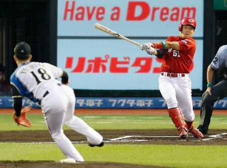 1回全ウ無死、小園が右越えに先頭打者本塁打を放つ。投手吉田輝=楽天生命パーク