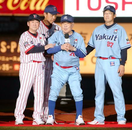 ヤクルトOB戦終了後、ファンにあいさつする野村克也氏(中央)=神宮