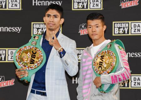 撮影に応じる暫定王者の亀田和毅(右)と正規王者のレイ・バルガス=11日、米カリフォルニア州カーソン(共同)