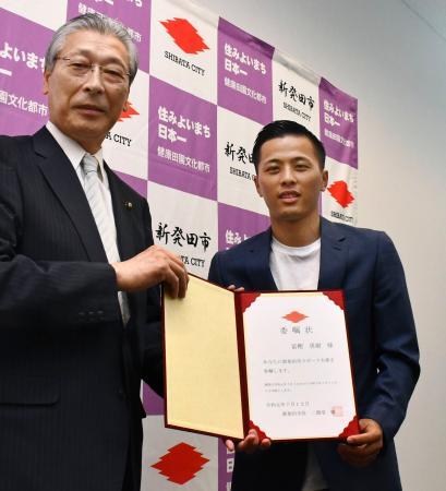 出身地の新潟県新発田市で二階堂馨市長(左)からスポーツ大使に任命されたBリーグ千葉ジェッツの富樫勇樹選手=12日