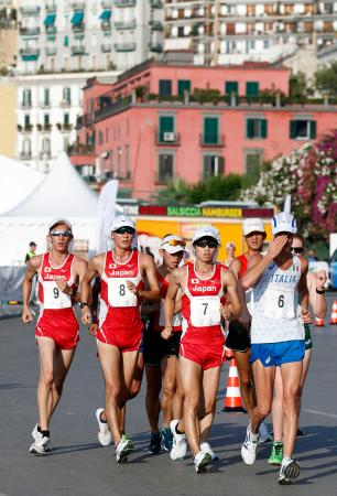 男子20キロ競歩 競り合う優勝した池田向希(7)、2位の川野将虎(8)、3位の古賀友太(9)=ナポリ(共同)