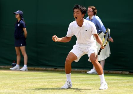 テニスのウィンブルドン・ジュニア選手権、決勝進出を決め、雄たけびを上げる望月慎太郎=12日、オールイングランド・クラブ(ゲッティ=共同)