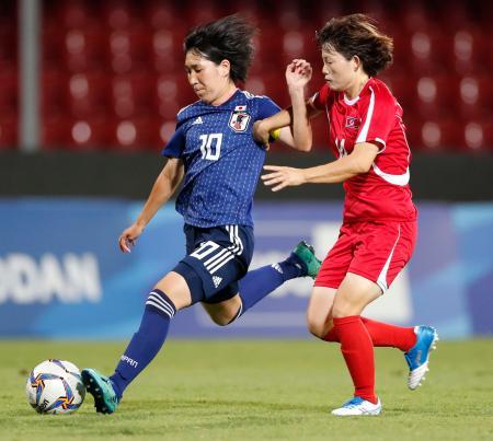女子サッカー決勝 日本―北朝鮮 前半、シュートを放つ今井(左)=ベネベント(共同)
