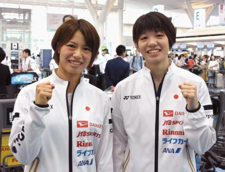 羽田空港で出発前に取材に応じ、ポーズをとる福島(左)、広田組=13日