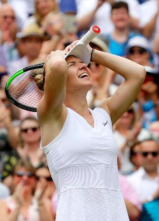 女子シングルス決勝でセリーナ・ウィリアムズに勝利し喜ぶシモナ・ハレプ=ウィンブルドン(AP=共同)