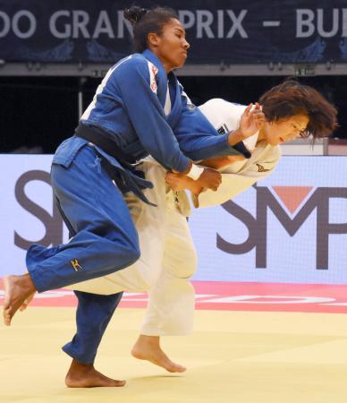 女子63キロ級決勝 ケトレン・カドロス(左)を攻める土井雅子=ブダペスト(共同)