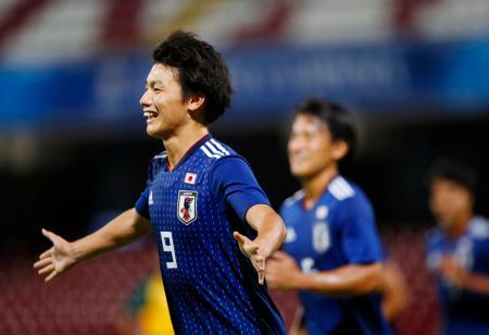 男子サッカー決勝 日本―ブラジル 後半、先制のPKを決め駆けだす上田=サレルノ(共同)