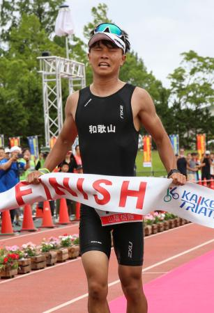 「第39回全日本トライアスロン皆生大会」で総合優勝した井辺弘貴さん=14日、鳥取県米子市
