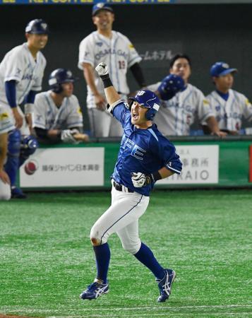 大阪ガス―JFE東日本 タイブレークの延長12回裏JFE東日本2死三塁、サヨナラの右前打を放ち、ガッツポーズで一塁へ向かう中沢=東京ドーム