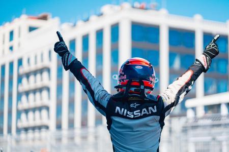 13日に行われた電気自動車の世界シリーズ「フォーミュラE」第12戦で優勝しポーズをとる日産Eダムスのセバスチャン・ブエミ=ニューヨーク(ゲッティ=共同)