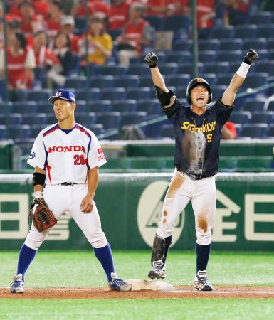 ホンダ鈴鹿―鷺宮製作所 7回、勝ち越しとなる遊ゴロを放ち、喜ぶ鷺宮製作所・津久井。左は一塁手庄司=東京ドーム