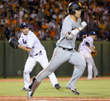 11回巨人無死一塁、大城(手前)のバントをヤクルト・五十嵐が一塁に悪送球し勝ち越しを許す=長野