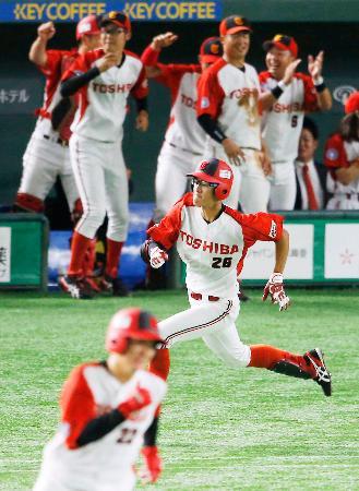 東芝―JR東海 4回表東芝1死満塁、岡部(中央)が先制の2点二塁打を放つ。手前は一走柴原=東京ドーム