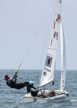 五輪会場で公開練習する女子470級の吉田(右)、吉岡組=神奈川・江の島沖