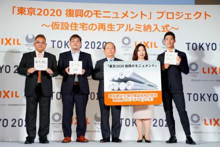 「東京2020 復興のモニュメント」の制作発表会見に出席した、男子テニスの錦織圭選手(右端)とサンドウィッチマンの(左から)伊達みきおさんと富沢たけしさんら=17日午後、東京都内