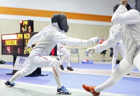 男子フルーレ個人予選 ニカラグア選手と対戦する敷根崇裕(左)=ブダペスト(共同)